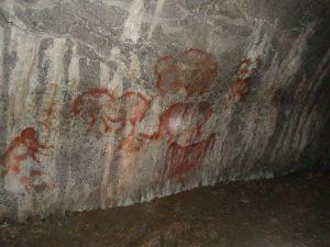 Наскальные рисунки у входа