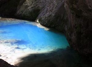 Озеро у входа в Капову пещеру