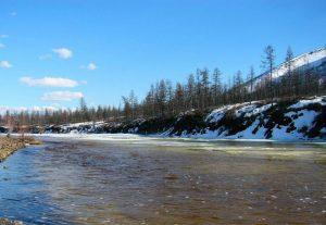 Река Индигирка снег